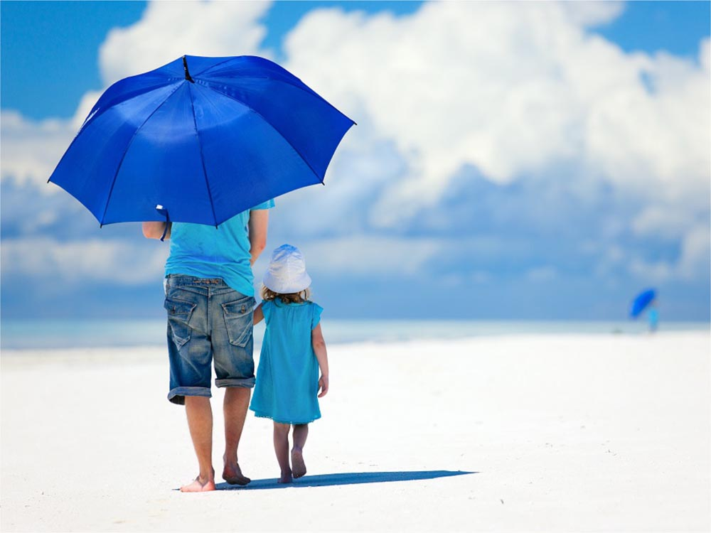 Cum să evitați/să vă protejați copiii de cele mai puternice raze solare din timpul zilei
